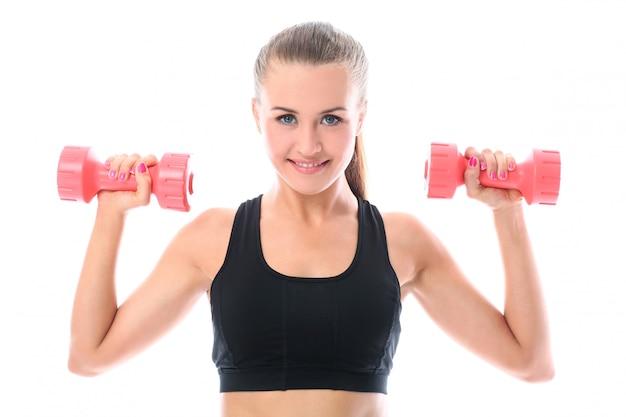 Heureuse femme faisant des exercices avec des haltères