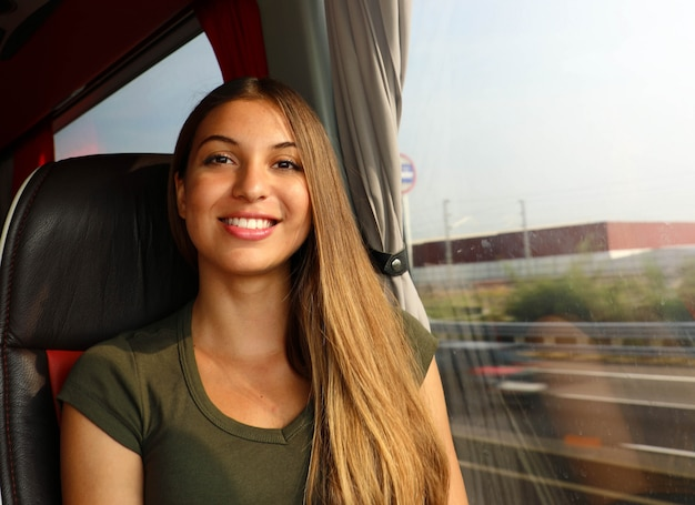 Heureuse femme joyeuse belle voyageur dans le bus en regardant la caméra. concept de transport public de banlieue.