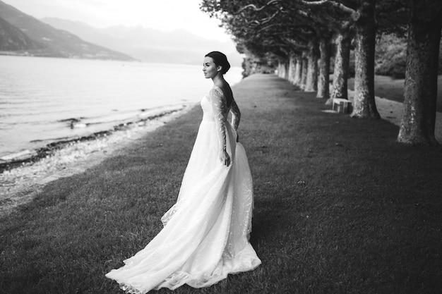 Heureuse femme mariée dans une robe de mariée posant