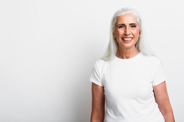 Heureuse femme mature souriante à la caméra