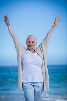 Heureuse femme mature tendant ses bras