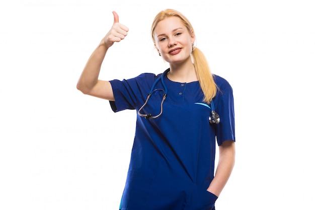 Heureuse femme médecin en gommage bleu