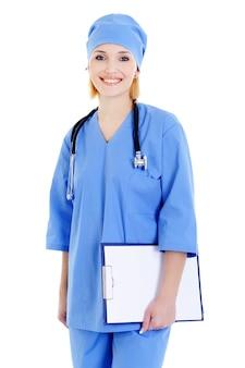Heureuse femme médecin avec stéthoscope et dossier - isolé sur blanc