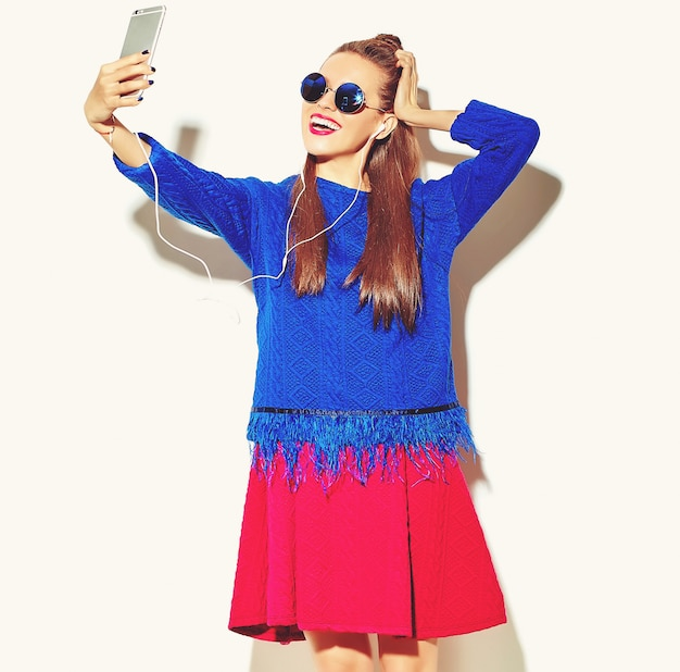 Heureuse femme mignonne avec smartphone et écouteurs
