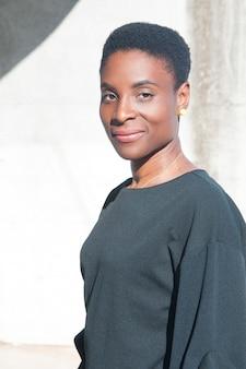Heureuse femme noire posant
