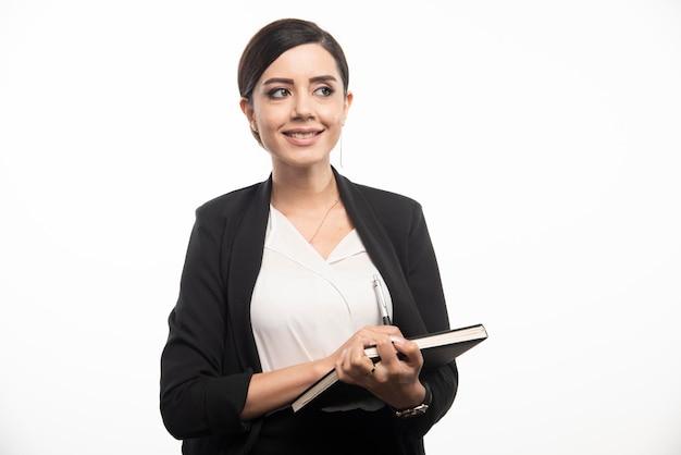 Heureuse femme posant avec ordinateur portable sur fond blanc. photo de haute qualité