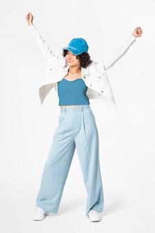Heureuse femme posant en veste blanche et tenue bleue