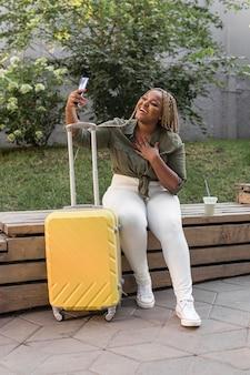 Heureuse femme prenant un selfie lors d'un voyage