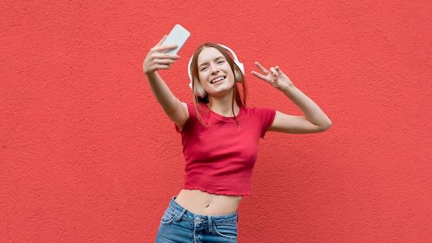 Heureuse femme prenant un selfie