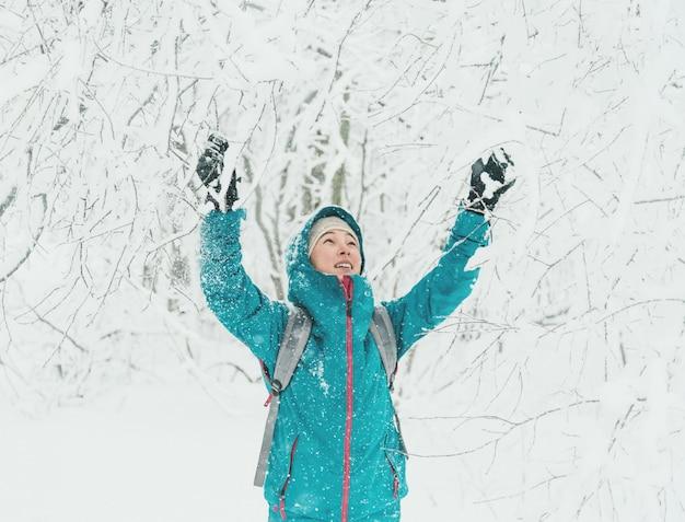 Heureuse femme qui marche en hiver