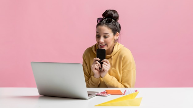 Heureuse femme à la recherche de voyages sur internet