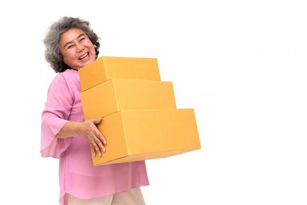 Heureuse femme senior asiatique tenant la boîte de colis colis