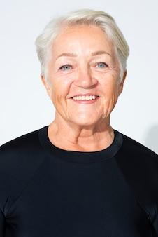 Heureuse femme senior bouchent portrait