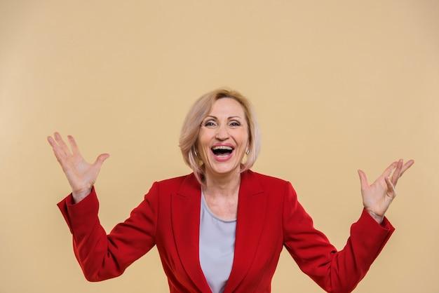 Heureuse femme senior crier