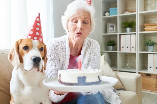 Heureuse femme senior fête son anniversaire