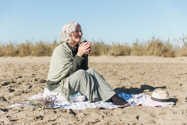 Heureuse femme senior en plein air