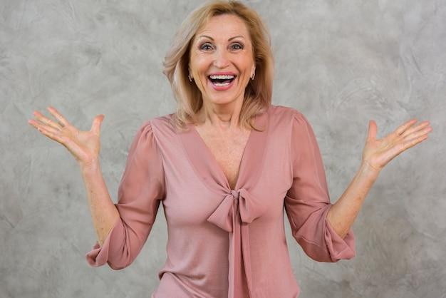 Heureuse femme senior à la recherche de surprise