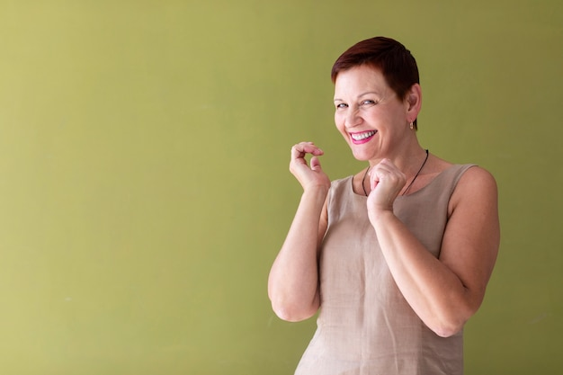 Heureuse femme senior en train de rire