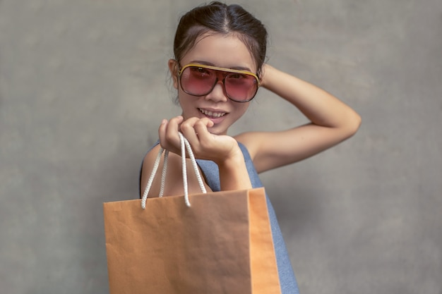 Heureuse femme souriante tenir sac à provisions