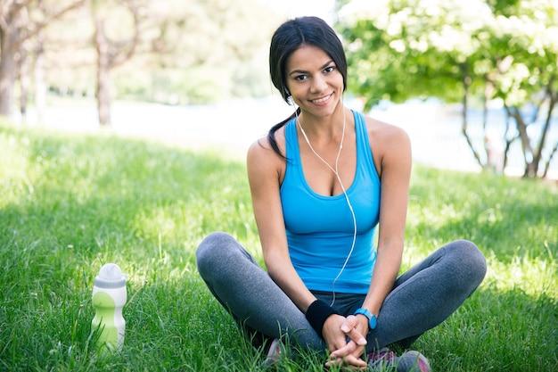 Heureuse femme sportive au repos à l'extérieur