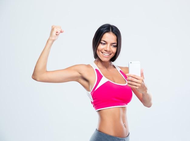 Heureuse femme sportive faisant selfie