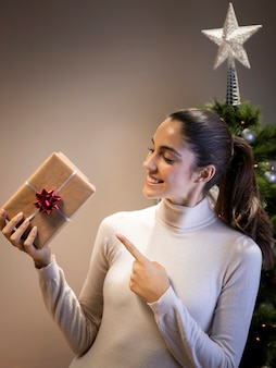 Heureuse femme tenant un cadeau
