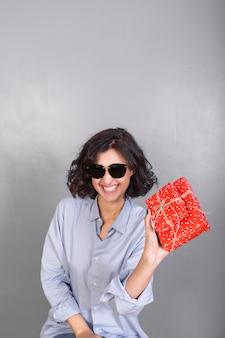Heureuse femme tenant des coffrets cadeaux
