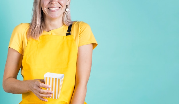 Heureuse femme tenant espace copie pop-corn