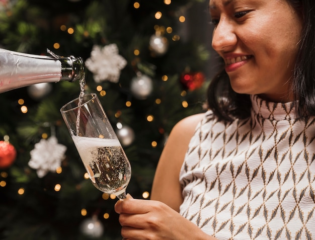 Heureuse femme tenant un verre de champagne