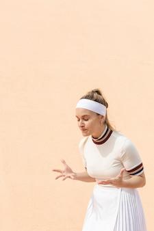 Heureuse femme tennisman des résultats du match