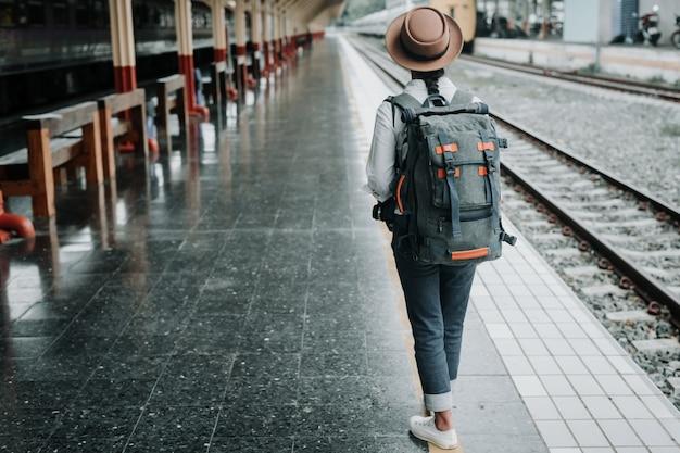 Heureuse femme voyageant dans le train, les vacances, les idées de voyages.