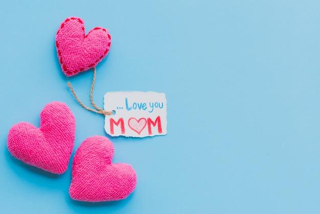 Heureuse fête des mères concept sur fond bleu pastel lumineux.