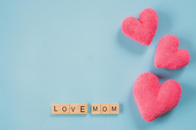 Heureuse fête des mères concept. vue de dessus du texte love mom sur un bloc de bois