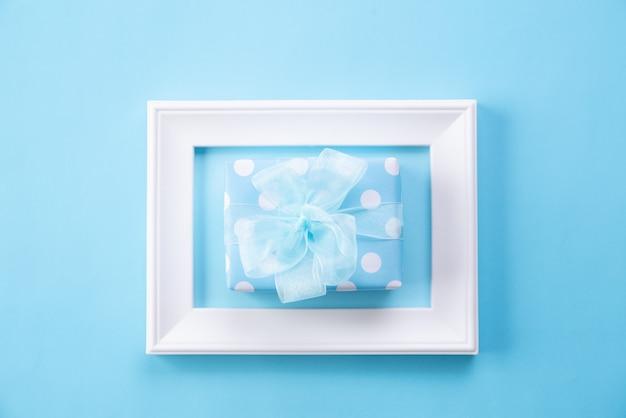 Heureuse fête des mères avec vue de dessus du cadre photo et boîte-cadeau