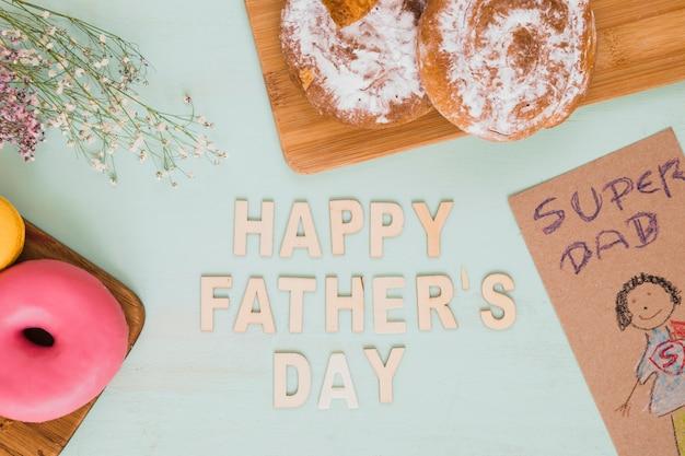 Heureuse fête des pères écrit près de dessin et de la nourriture