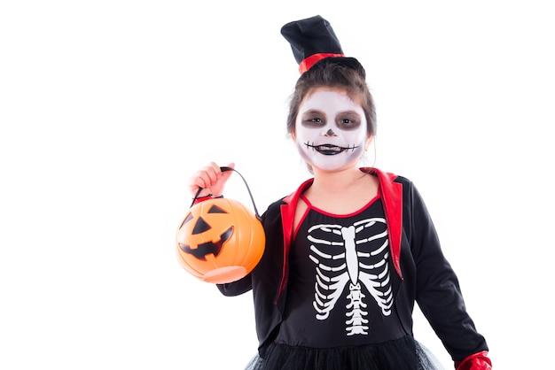 Heureuse fille asiatique en costume de squelette d'halloween