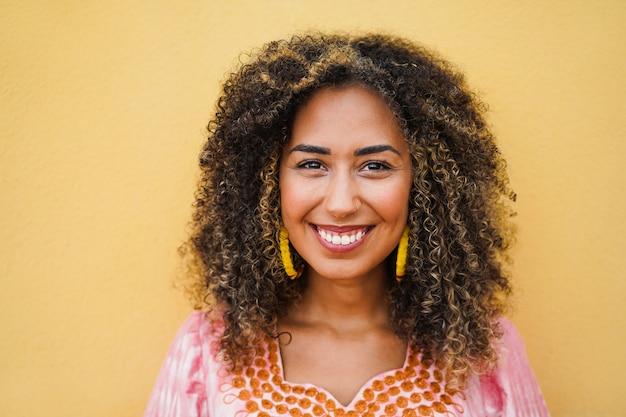 Heureuse fille multirace souriant à la caméra