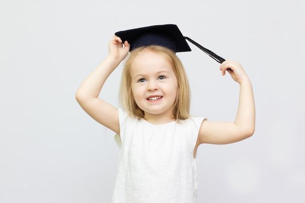 Heureuse fille souriante en uniforme scolaire