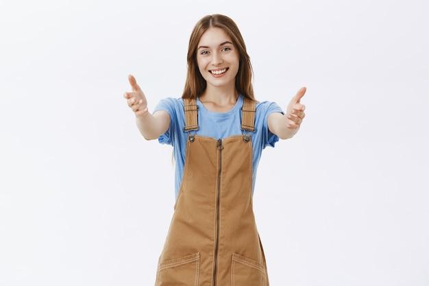 Heureuse fille surprise étendant les mains pour étreindre ou tenir quelque chose, recevoir un cadeau