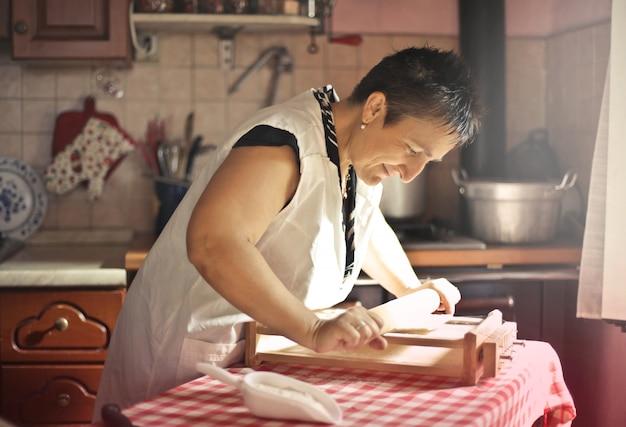 Heureuse grand-mère faisant des pâtes
