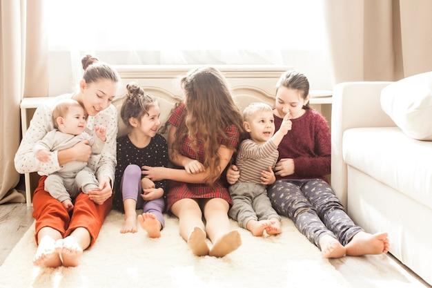 Heureuse grande famille de frères et sœurs assis par terre