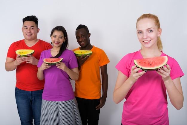 Heureuse jeune adolescente avec un groupe diversifié d'amis multiethniques