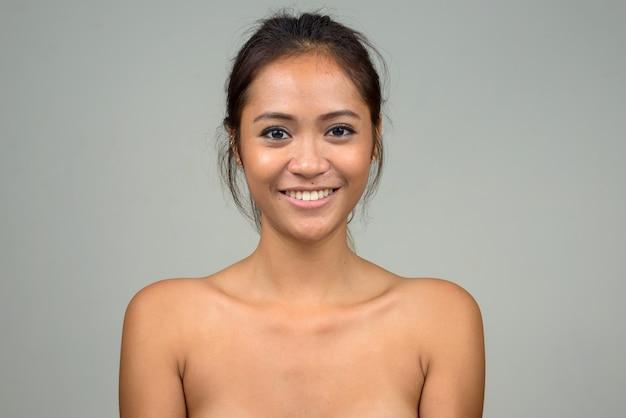 Heureuse jeune belle femme asiatique torse nu comme concept de santé et de beauté