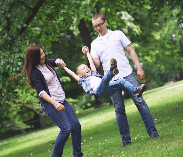 Heureuse jeune famille dans le parc