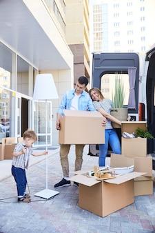 Heureuse jeune famille emménageant