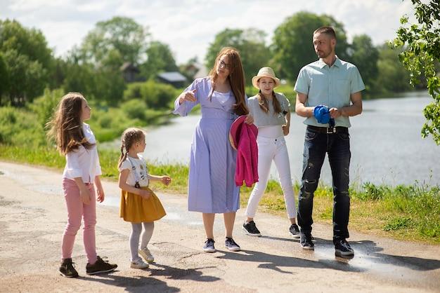 Heureuse jeune famille marchant sur le trottoir de la ville