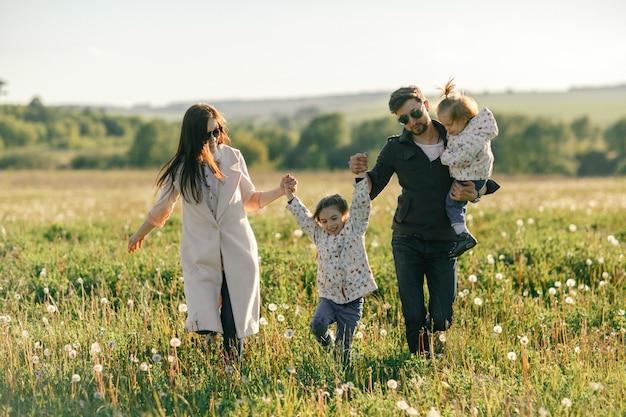 Heureuse jeune famille, passer du temps ensemble à l'extérieur dans la nature verte