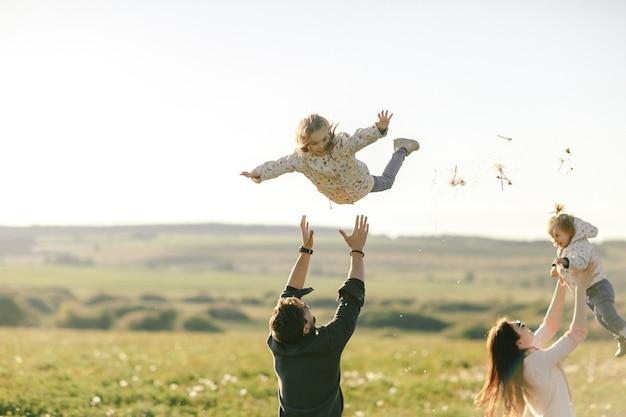 Heureuse jeune famille, passer du temps en plein air un jour d'été.