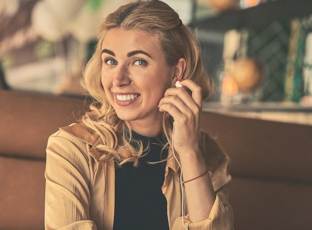 Heureuse jeune femme d'affaires caucasien