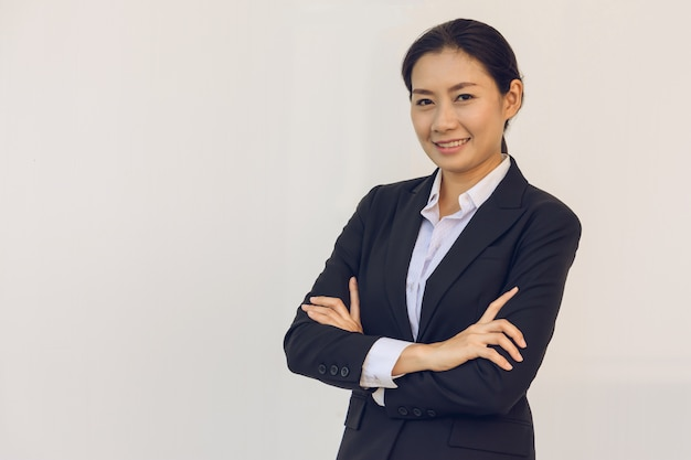 Heureuse jeune femme d'affaires